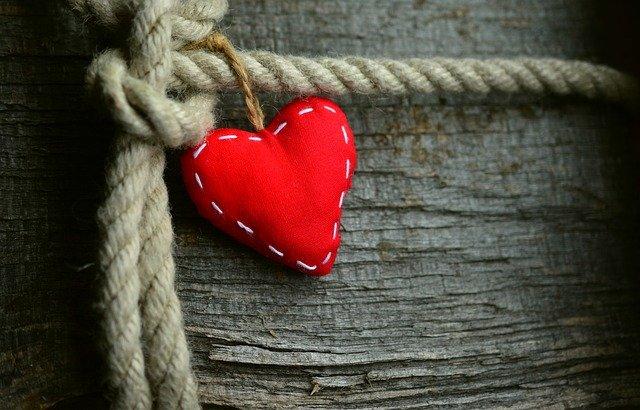 rotes Herz verknotet an Seil